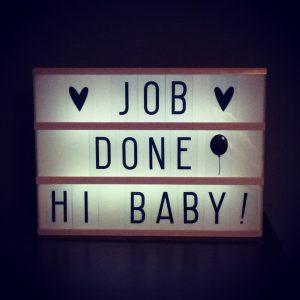 hier sieht man eine Leuchttafel zur Geburt mit dem Text: Job Done - Hi Baby!