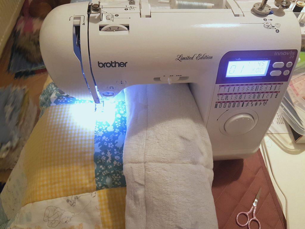 hier sieht man wie die Decke genäht wird