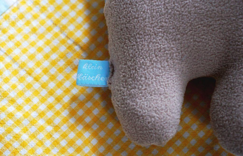 Schriftzug Klein Häschen auf dem Stoffetikett
