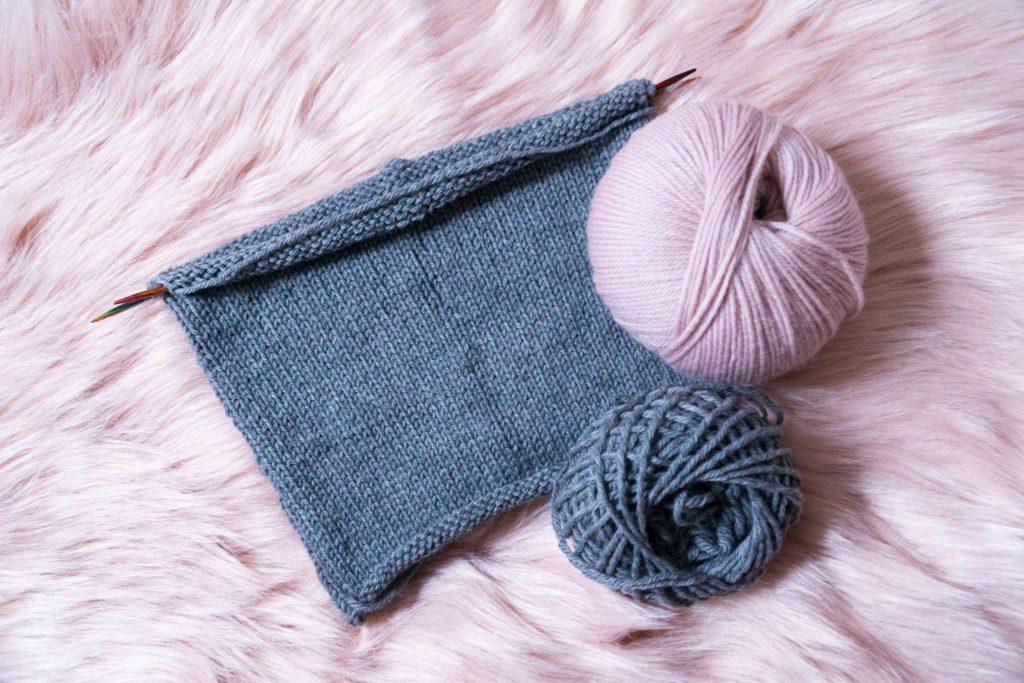 Mütze stricken in rosé und grau